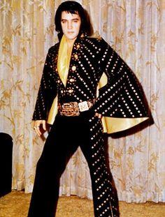 Elvis Presley Elvis Backstage in his Black Butterfly jumpsuit 1972 2 Are You Lonesome Tonight, Elvis Presley Pictures, Las Vegas, Black Jumpsuit, Cape Jumpsuit, Celebrity Photos, Kimono Top, Celebrities, How To Wear