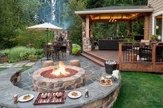A ház otthonos belső tereinek kiterjesztése a kültérre remek lehetőségeket ad pihenésre, sütésre-főzésre, közösségi programokra - egy szép kertben, közelebb a természethez. Elegáns, funkcionális megoldásokat láthatunk az alábbi képeken, kerti tűzhelyet, teraszokat, fedett pavilont, kandallót, kényelmes kerti bútorokat. A grill, étkező, látványos kandalló fal együtt stílusos, nyugtató atmoszférát teremtenek, ahol a pavilonban kényelmes bútorokkal még tévét is nézhet a társaság.