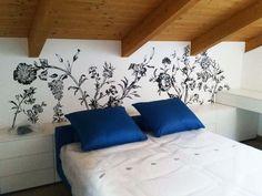 Decorazione a parete. Disegno floreale abbinato alla tenda. By Annalisa Tombesi.