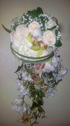 Bouquet novia cascada tonos blanco elaborado por Fiori Bella Colombia