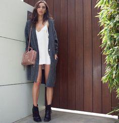 look-street-style-vestido-branco-bota-casaco-cinza