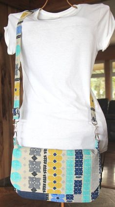 This mini messenger is sized just right to hold your tablet! You can sew one yourself using a free tutorial from Staci of Crafty Staci. Pockets on the front (under the flap) give a place for all … Diy Messenger Bag, Messenger Bag Patterns, Sewing Hacks, Sewing Ideas, Sewing Patterns, Sewing Projects, Crafty Projects, Baby Patterns, Diy Handmade Bags
