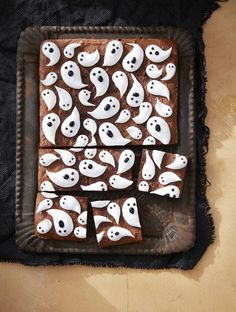 80 Best Halloween Treats You'll Want to Add to Your Party Menu ASAP Marshmallow Ghost Brownies Halloween Treats Recipes Halloween Desserts, Diy Halloween, Homemade Halloween Treats, Spooky Treats, Halloween Food For Party, Halloween Decorations, Halloween Brownies, Halloween Recipe, Scary Halloween