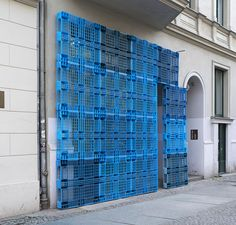 borgmann lenk reconstruct building façade using plastic pallets Display Design, Booth Design, Store Design, Shoe Display, Lofts, Studio Loft, Retail Facade, Plastic Pallets, Urban Intervention