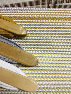 Matto, erilaisia keltaisia, harmaata ja valkoista Tablet Weaving, Hand Weaving, Textiles, Rag Rugs, Woven Rug, Floor Mats, Carpet, Cats, Decor