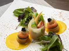 ☆自家製スモークサーモンのマリネ 季節野菜のポタジェール☆ ドイツの伝統的な田舎料理でサーモンとよく合うシュークルートを小麦のシートで巻きその上には季節の野菜をのせました。そして、サーモンの中にはフランスで有名なサラダ「ニソワーズサラダ」を巻き込んで、下にはパパイヤのソースを敷いております。白ワインによく合う組み合わせのオードブルとなっております。ぜひ一度ご賞味ください。  *盛り付けは一例です。内容は食材の入荷状況により予告なしで変更となる場合があります*  デート・女子会・記念日はお洒落なビストロで! スタッフ一同、心よりお待ちしております。  06-6377-5513 阪急梅田駅より徒歩8分、大阪メトロ中津駅5番出口1分 Cantaloupe, Panna Cotta, Fruit, Ethnic Recipes, Food, Dulce De Leche, Essen, Meals, Yemek
