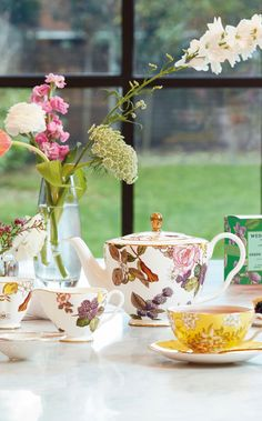 The finest china and glassware come together in this Tea Garden by Wedgwood collection - designed to brew the perfect cup of tea, with a glass teapot and matching infusions to choose from.