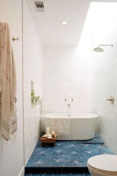 petite salle de bain scandinave avec baignoire