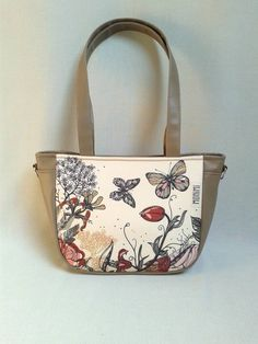 Virágos rét és a pillangók tánca olyan ezen a táskán akár egy festmény! Nagyon különleges táska, amely a viselőjét is egyedivé varázsolja. #City-bag 38 női #táska #butterfly