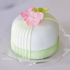 #Vintage #Charm Mini #Cake - Let's have an afternoon tea party! We totally love and had to share! Great #CakeDecorating!