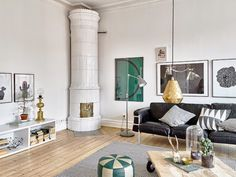 A beautiful white apartment with notes of grey, green and brass. Stadshem.