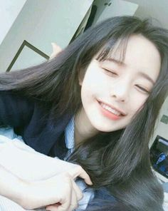 An Ulzzang means 'best face' or 'best look', it can be used for both boys and girls, ulzzangs are usually found online on SNS (Social Media) platforms and is based in South Korea and is voted by netizens through contests. Pelo Ulzzang, Ulzzang Korean Girl, Cute Korean Girl, Cute Asian Girls, Korean Beauty Girls, Asian Beauty, Estilo Beatnik, Ullzang Girls, Hwa Min