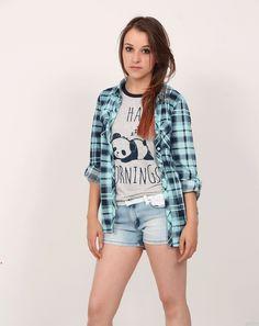 Camisa a cuadros (Leñadora azul oscuro y azul celeste) Camiseta gráfica (I hate mornings, Panda) Short denim desteñido con riata blanca