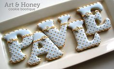 Lovely way to decorate letters Cookie decorating Fancy Cookies, Iced Cookies, Cute Cookies, Royal Icing Cookies, Cupcake Cookies, Sugar Cookies, Cookies Decorados, Galletas Cookies, Alphabet Cookies