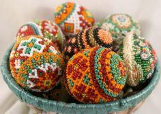 Ukrainian gerdany beadwork in the round, on eggshells. Beaded Beads, Beaded Ornaments, Beading Tutorials, Beading Patterns, Easter Egg Crafts, Easter Stuff, Art Perle, Beadwork Designs, Egg Art
