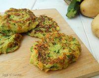 Le schiacciatine di verdure sono una soluzione gustosa e veloce per chi cerca un secondo piatto diverso dal solito si preparano in pochi minuti e in padella