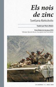Publicat el 1991, aquest llibre tingué l'impacte d'una bomba. Aleksiévitx fou denunciada per difamació i «embrutar l'honor dels soldats», vistos fins aleshores com a herois enviats a salvar el poble afganès, desemmascarats al llibre com a assassins, torturadors i violadors. El títol prové dels milers de soldats que moriren durant la incursió russa a l'Afganistan entre 1979 i 1985 i foren retornats a Rússia en taüts de zinc. Aleksiévitx entreteixeix més d'un centenar d'històries explicades… Novels, Books, Movie Posters, Painting, Art, Libros, Fishing Line, Weaving, Art Background