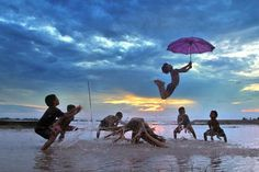 blogo-1080_0001_india_cooch-behar_boys-jumping-with-umbrella.jpg