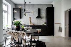 Cet appartement suédois de 44m2 joue avec les verrières et la couleur - PLANETE DECO a homes world Scandinavian Apartment, Scandinavian Interior, Modern Interior, Interior Design, Vintage Doors, Glass Partition, Small Studio, Common Area, Studio Apartment