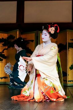 Maiko. Katsuna. Japanese traditional dance