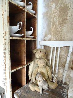 princessgreeneye: TIGGER MIAU zieht um......................... Décor Antique, Antique Decor, Antique Toys, Vintage Decor, Antique Teddy Bears, Steiff Teddy Bear, Shabby, Vintage Display, Christmas Room