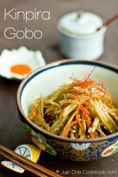 Kinpira Gobo is a simple Japanese stir fry vegetable dish with braised carrot & burdock root cooked in soy sauce. Japanese Side Dish, Japanese Dishes, Japanese Food, Japanese Salad, Japanese Chicken, Japanese Kitchen, Traditional Japanese, Vegetable Stir Fry, Vegetable Salad