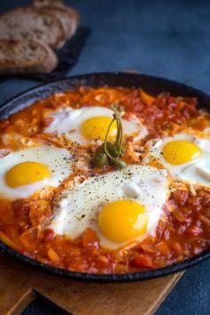 Шакшука — одно из самых популярных в Израиле блюд. В кулинарном     рейтинге израильтян оно следует, пожалуй, сразу за хумусом и фалафелем.     В переводе слово «шакшука» означает «смесь». И действительно, шакшука     представляет собой смесь из овощей, в которую на последнем этапе     вбиваются яйца, так что получается нечто среднее между яичницей и     овощным рагу. Превосходный завтрак выходного дня в холодное время года.     Сытный, согревающий, ароматный...      Я готовила традиционн...