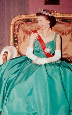 Her Royal Highness Queen Elizabeth II in an emerald green gown, during her state visit to France, 1957 Marilyn Monroe, Emerald Green Gown, Royal Crowns, Royal Jewels, British Royal Families, Royal Queen, Isabel Ii, Casa Real, Her Majesty The Queen