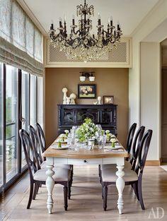 Зона столовой расположена в присоединенной к жилой площади части балкона. Стол и стулья, все Universal Furniture; на столе — фарфор, Wedgwood; люстра, Moollona. У стены — старинное немецкое пианино. Зоны кухни и гостиной расположены справа. Полы в комнатах отделаны массивной дубовой доской, в кухне, прихожей и во влажных зонах — травертином.
