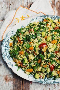 C'EST ENCORE L'ÉTÉ! Il n'est donc jamais trop tard pour faire cette salade d'orzo avec fromage bocconcini, pesto et légumes frais! Un bon repas végé qui es