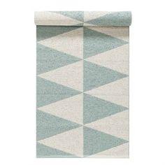 Le tapis en plastique Rime de couleur menthe de la marque Nordic Nest est fabriqué en Suède d'après les plus anciennes traditions. Il est à la fois résistant et facile à entretenir ce qui le rend très pratique et idéal pour des pièces comme la cuisine ou un couloir. et pour quoi ne pas l'utiliser sut un balcon ou une terrasse