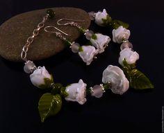 """Купить Браслет и серьги """"Белые розы"""" стекло lampwork - белый, комплект украшений, украшение на руку"""
