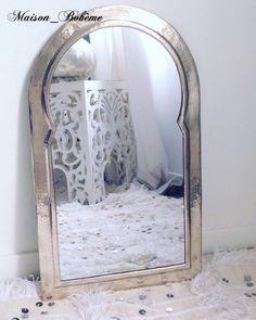 ... Moucharabieh disponible sur la boutique en ligne www.maison-boheme.fr  Miroir moucharabieh en métal martelé, fabriqué à la main artisanalement au  Maroc. 15602fbaf4e