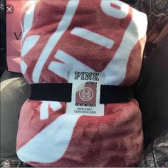 Vs pink Sherpa Blanket New begonia Vs Pink Outfit, Pink Outfits, Swag Outfits, Victoria Secret Outfits, Victoria Secret Pink, White Nike Shoes, Pink Blanket, Pink Accessories, Pink Nation