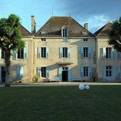 BEDS & GARDENS Château de Barbirey   Il est possible de résider en chambre d'hôtes  dans le chateau et les communs des Jardins de Barbirey au coeur de la Bourgogne dans la magnifique vallée de l'Ouche.