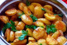 Aj zobyčajných zemiakov môžete vykúzliť vynikajúce jedlo sfrancúzskym šmrncom. Abudte si istí, že keď túto pochúťku raz vyskúšate, nebudete sa jej vedieť nabažiť! Potrebujeme: 750 g menších nových zemiakov  2 lyžice olivového oleja  Soľ akorenie podľa chuti  Omáčka:  1 väčší strúčik ce