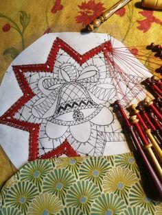 Bobbin Lace Patterns, Christmas Holidays, Christmas Ornaments, Theme Noel, Lace Making, String Art, Fabric Crafts, Tatting, Weaving