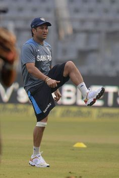 Wankhede cheers for Sachin Tendulkar, boos MS Dhoni's decision to bowl
