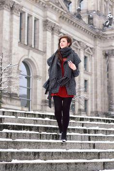 Fashionweek Outfit | Fashionweek Berlin Outfit Winter | Winterlook | Winteroutfit | Kleid im Winter | Kleider im Winter | rotes Kleid mit Spitze | Spitze | rot | grauer Wintermantel | Vero Moda | XXL Strickschal | Ankle Boots  | Dorothy Perkens | rote Lippen | girl | Brunette | braune Haare | Beuteltasche mit Fransen | JustMyself | mbfw | mbfwb