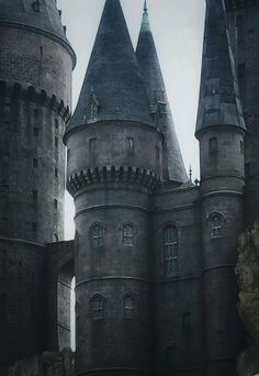 architecture at hogwarts Ravenclaw, Chateau Medieval, Throne Of Glass, Gothic Architecture, Abandoned Places, Storyboard, Fairy Tales, Fantasy, Aesthetics