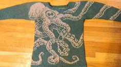 Hurra! Wollpullis müssen nicht altmodisch oder norwegisch sein! Wer die wärmeregulierenden Vorzüge echter Schurwolle kennt und nicht auf traditionelle Muster steht sollte sich diesen saucoole Pulli mal angucken. Ich werd mir definitiv einen Octopussi-Pullover stricken.    Ravelry: Project Gallery for Embrace Octopus Sweater Pattern pattern by Maia E. Sirnes