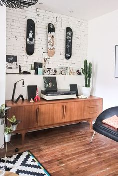 Lounge com estilo retro escandinavo e aparador vintage baixo! Vintage Bedroom Decor, Retro Home Decor, Home Decor Styles, Vintage Furniture, Home Furniture, Furniture Ideas, Furniture Design, Retro Interior Design, Vintage Buffet