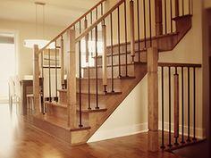 Rampe d'escalier merisier teint avec barreau en fer forgé