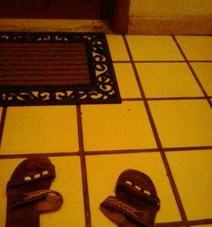 """""""Não tem sapato que lhe calce ela só gosta de sandália de couro"""""""
