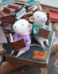 Sweet little mice reading ^_^