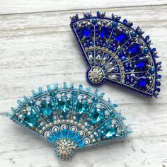 Chinese Embroidery, Beaded Embroidery, Embroidery Patterns, Hand Embroidery, Handmade Beaded Jewelry, Brooches Handmade, Fabric Flower Brooch, Fabric Flowers, Bead Jewellery