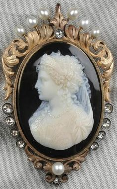 Antique 18k Gold, Hardstone Cameo And Diamond Pendant/Brooch, The Cameo Depicting An Elaborately Dressed And Bejeweled Renaissance Lady, Foliate Mount, With Rose-Cut Diamond And Pearl Accents   c.1801-1925  -  Prices4Antiques