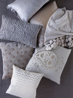 Dress up the sofa with cushions - Comfortable home