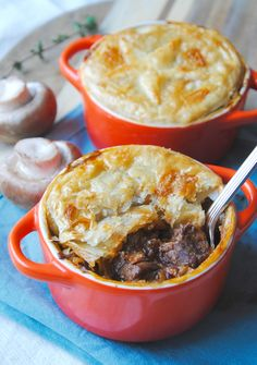 Boeuf bourguignon met een bladerdeegdakje Dutch Oven Recipes, Meat Recipes, Recipies, Homemade Recipe Books, Oven Dishes, Curry, Slow Food, Foods To Eat, I Love Food