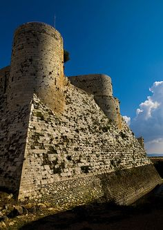 The walls and moat of Krac des Chevaliers, Syria Knights Hospitaller, Knights Templar, Krak Des Chevaliers, Beautiful Eyes Color, Ancient Discoveries, Ancient World History, Stone City, Cradle Of Civilization, The Beautiful Country